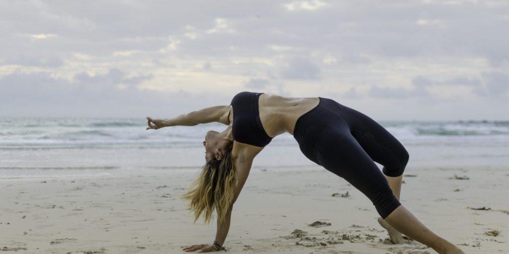 beach-yoga_t20_8B78Og
